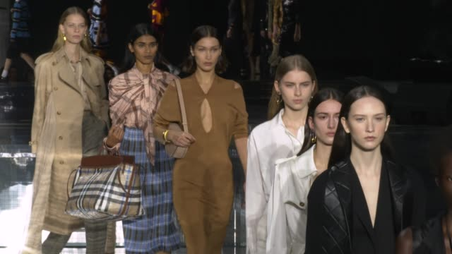 stockvideo's en b-roll-footage met bella hadid at the london fashion week a/w 2020 - burberry at olympia london on february 17, 2020 in london, england. - modeweek