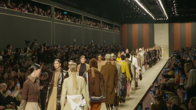 vidéos et rushes de runway bella hadid gigi hadid kaia gerber silvia venturini fendi at milan fashion week a/w 2019/20 fendi on february 21 2019 in milan italy - podium de défilé