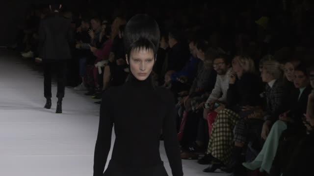 bella hadid, models and designer haider ackermann on the runway for the haider ackermann ready to wear fall winter 2020 fashion show in paris... - laufsteg stock-videos und b-roll-filmmaterial