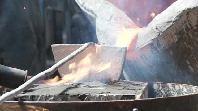 bell-founding, fluent metal - fließbandarbeiter stock-videos und b-roll-filmmaterial
