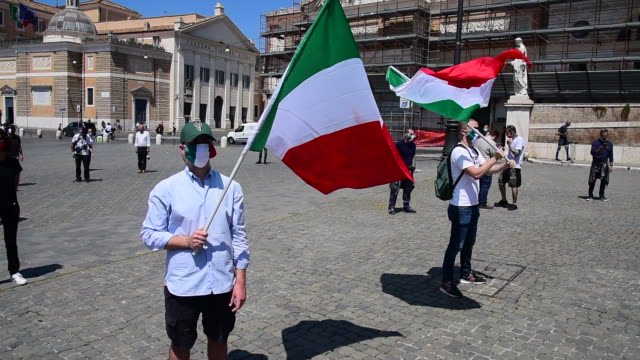 bells ring and music plays as people wearing protective masks gather waving the italian flag as the far-right political movement casapound listens to... - italienische flagge stock-videos und b-roll-filmmaterial