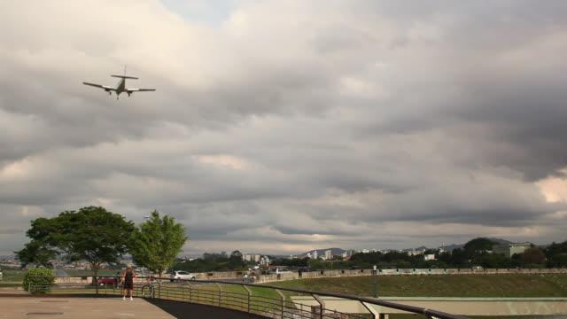 ws belo horizonte streets and avenues with airplane landing / belo horizonte, minas gerais, brazil - horizonte stock videos & royalty-free footage