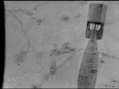 liberator' heavy bomber in flight. over bombs dropping. ground below, no explosions. - bombardamento video stock e b–roll