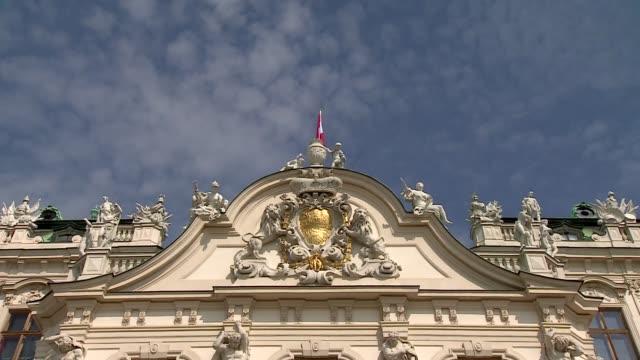 vídeos y material grabado en eventos de stock de belvedere palace in vienna - fronton - frontón característica arquitectónica