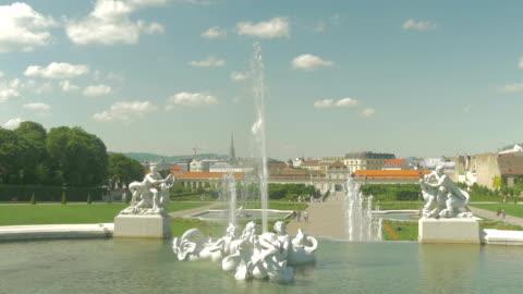 vidéos et rushes de belvedere palace.fountains and clouds. - palais du belvédère vienne