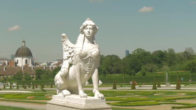 vidéos et rushes de belvedere park with statue medium shot zoom out. - palais du belvédère vienne