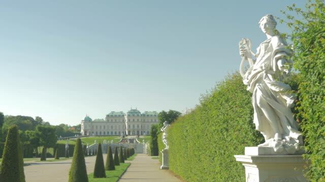 vidéos et rushes de belvedere park with statue. - palais du belvédère vienne