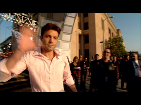 ben affleck arriving at the 2002 mtv movie awards. - mtvムービー&tvアワード点の映像素材/bロール
