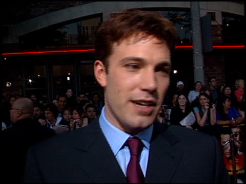 ben affleck at the 'sum of all fears' premiere at the mann village theatre in westwood california on may 29 2002 - レジェンシービレッジシアター点の映像素材/bロール