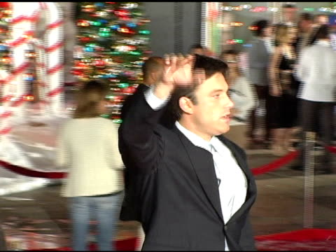 ben affleck runs over and interupts kevin smith in the middle of giving an interview at the 'surviving christmas' los angeles premiere at grauman's... - ben affleck stock videos and b-roll footage