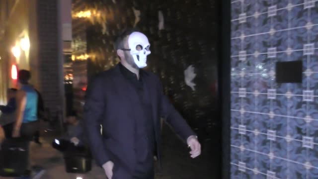 vídeos y material grabado en eventos de stock de ben affleck with new mystery woman outside the billie eilish halloween party at kimpton la peer hotel in west hollywood at celebrity sightings in los... - billie eilish