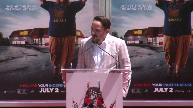 vídeos y material grabado en eventos de stock de speech ben falcone on honoring melissa mccarthy who she is as a wife and family person and how they met melissa mccarthy immortalized with hand and... - mann theaters