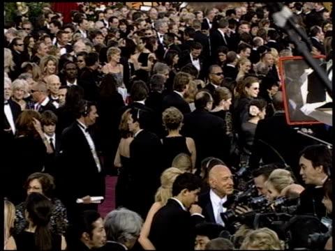 vídeos de stock e filmes b-roll de ben kingsley at the 2004 academy awards arrivals at the kodak theatre in hollywood california on february 29 2004 - 76.ª edição da cerimónia dos óscares