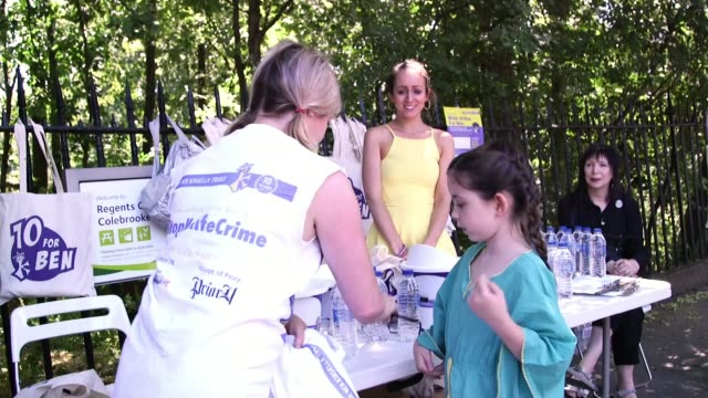 vidéos et rushes de family mark ten year anniversary with fundraising walk; england: london: islington: ext various of brooke kinsella and others at '10 for ben' stall... - anniversaire d'un évènement