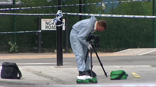 vidéos et rushes de family mark ten year anniversary with fundraising walk; london, uk; library shots of ben kinsella crime scene. t29060822 / tx england: london: lower... - anniversaire d'un évènement
