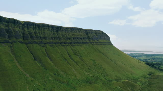 stockvideo's en b-roll-footage met benbulben berg - sligo, ierland - bergrug