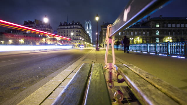bench on pont d'arcole at night, paris - motion control time lapse - public park点の映像素材/bロール