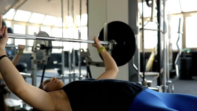 vídeos y material grabado en eventos de stock de ejercicio de press de banca con entrenador de fitness - press de banca