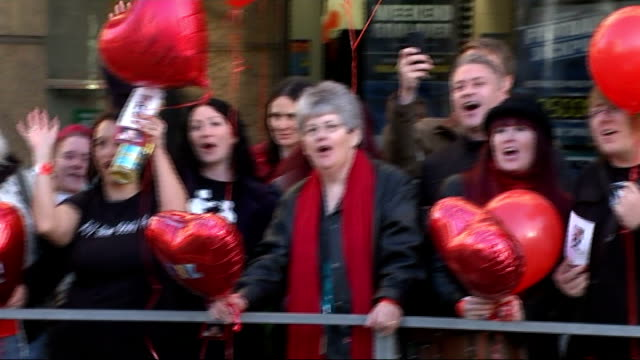 bench unveiled as tribute to rik mayall; across road as peoplewith red balloons singing 'the young ones' sot people singing 'the young ones' sot - rik mayall bildbanksvideor och videomaterial från bakom kulisserna