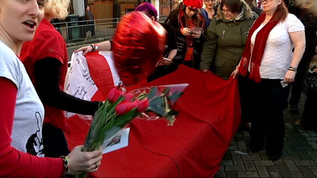 bench unveiled as tribute to rik mayall; banner with message from fan written on / photographers gathered for ceremony / woman wearing t-shirt with... - rik mayall bildbanksvideor och videomaterial från bakom kulisserna