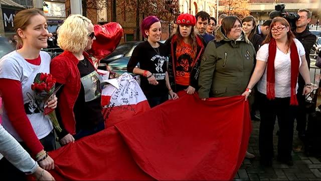 bench unveiled as tribute to rik mayall; england: london: hammersmith: ext jaime bird announcing unveiling of bench in honour of rik mayall sot... - rik mayall bildbanksvideor och videomaterial från bakom kulisserna