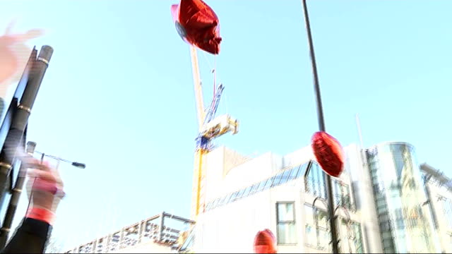 bench unveiled as tribute to rik mayall; people releasing red helium balloons into sky red balloons along in sky red heart shaped balloon by window - rik mayall bildbanksvideor och videomaterial från bakom kulisserna