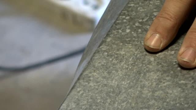 Pliage des bords du métal usiné dans la masse