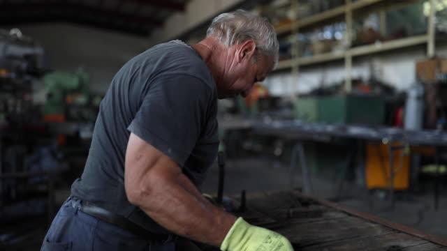 bockning av metall med händer - metallindustri bildbanksvideor och videomaterial från bakom kulisserna