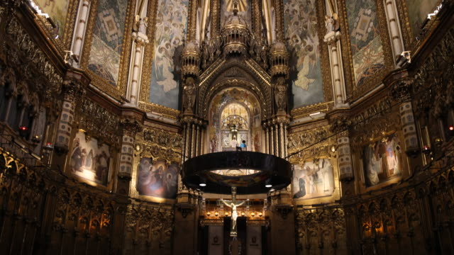 benedictine abbey santa maria de montserrat in spain - arte dell'antichità video stock e b–roll
