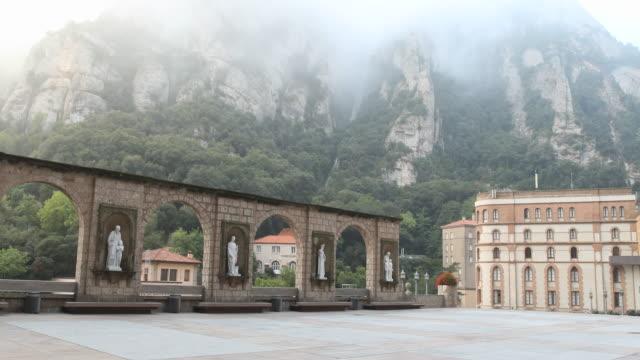 benedictine abbey santa maria de montserrat in spain - roca video stock e b–roll