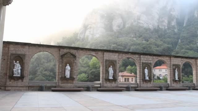 benedictine abbey santa maria de montserrat in spain - roca点の映像素材/bロール