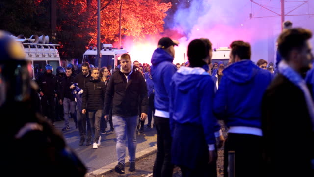 vidéos et rushes de bengal light at the arrival of the ultra fans of hertha bsc and and policemen with protective clothing ahead of the bundesliga match between 1. fc... - agression