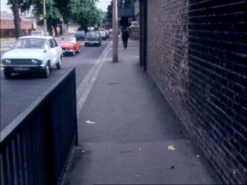 "vidéos et rushes de bengali death in hackney; england, east london hackney ganges take-away"" shop; zoom in lms pan shops l-r to street track along pavement where scuffle... - hackney"