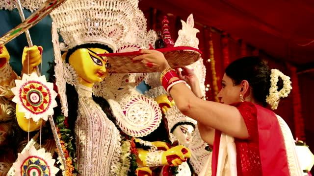 bengali woman worshipping in durga puja festival, delhi, india - 盆点の映像素材/bロール