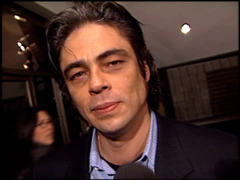 benicio del toro at the 'traffic' premiere at academy theater in beverly hills, california on december 14, 2000. - traffic点の映像素材/bロール