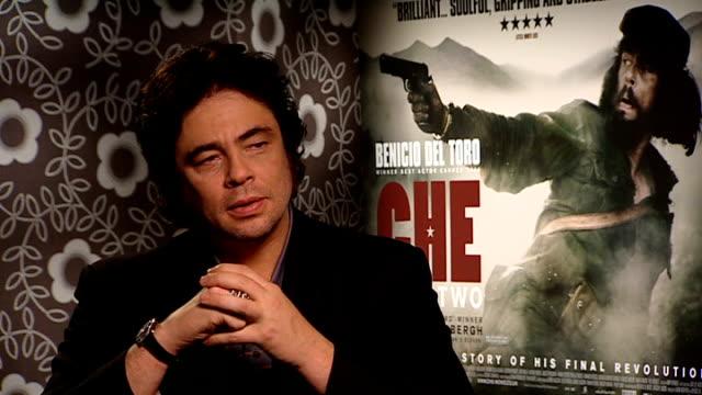 benicio del toro interview del toro interview sot answers quiz questions on che guevara - che guevara stock videos & royalty-free footage
