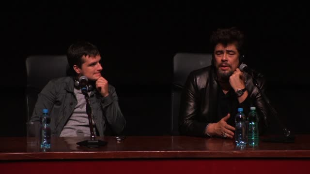vídeos de stock e filmes b-roll de interview benicio del toro on pablo escobar and on legalising drugs at 'escobar paradise lost' press conference the 9th rome film festival at sala... - conferência de imprensa