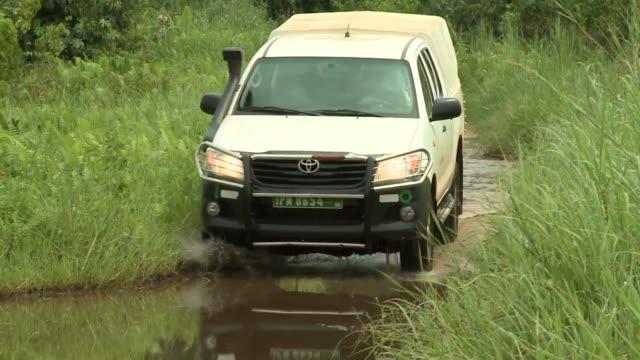 benin_afrika_jeep_countryroad - 乗り物の明かり点の映像素材/bロール