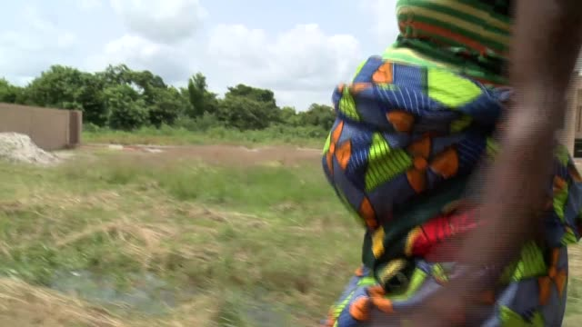 Benin_Afrika_women pregnant walking country