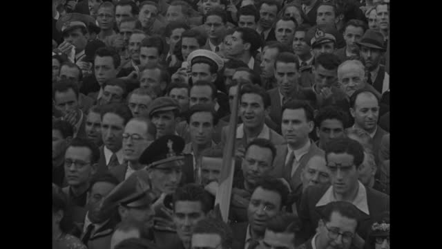 stockvideo's en b-roll-footage met benito mussolini standing on balcony of building speaking / two shots of huge crowd below in piazza venezia listening / crowd listening victor... - benito mussolini
