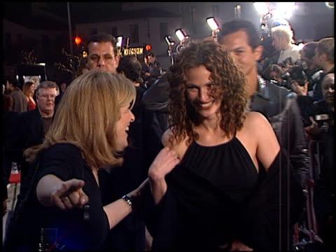 vídeos de stock, filmes e b-roll de benjamin bratt and julia roberts at the 'erin brockovich' premiere on march 14, 2000. - benjamin bratt