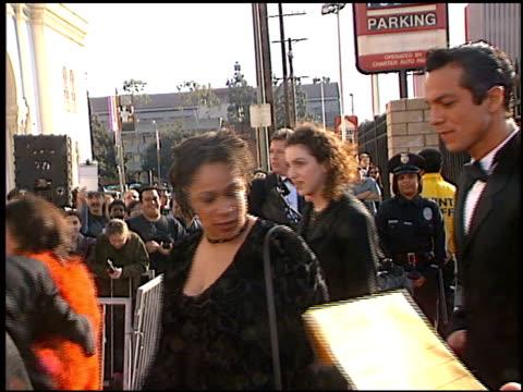 vídeos de stock, filmes e b-roll de benjamin bratt at the 1998 screen actors guild sag awards at the shrine auditorium in los angeles, california on march 8, 1998. - benjamin bratt
