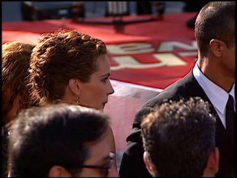 vídeos de stock, filmes e b-roll de benjamin bratt at the 1999 emmy awards at the shrine auditorium in los angeles, california on september 12, 1999. - benjamin bratt