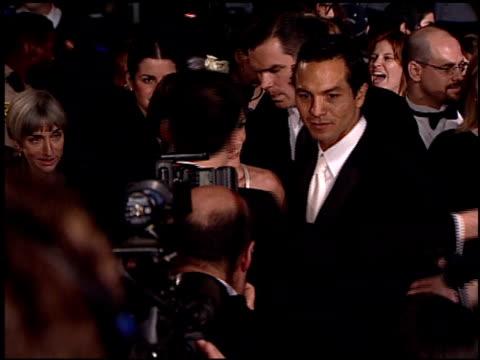 vídeos de stock, filmes e b-roll de benjamin bratt at the 2001 academy awards vanity fair party at the shrine auditorium in los angeles, california on march 25, 2001. - benjamin bratt