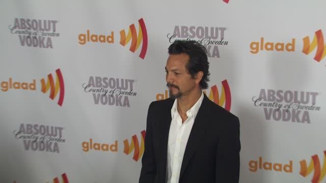 vídeos de stock, filmes e b-roll de benjamin bratt at the 2010 glaad media awards at century city ca. - benjamin bratt