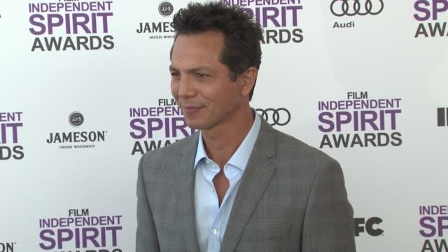 vídeos de stock, filmes e b-roll de benjamin bratt at the 2012 film independent spirit awards - arrivals on 2/25/12 in santa monica, ca, united states. - benjamin bratt