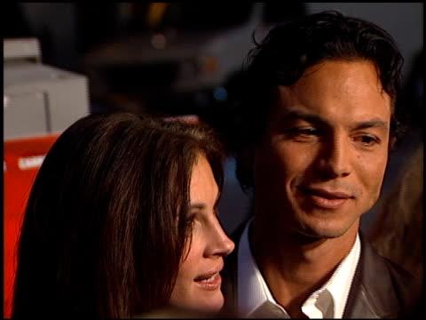 vídeos de stock, filmes e b-roll de benjamin bratt at the 'red planet' premiere on november 6, 2000. - benjamin bratt
