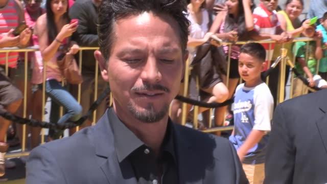 vídeos de stock, filmes e b-roll de benjamin bratt greets fans at the despicable me 2 premiere in universal city, 06/22/13 - benjamin bratt