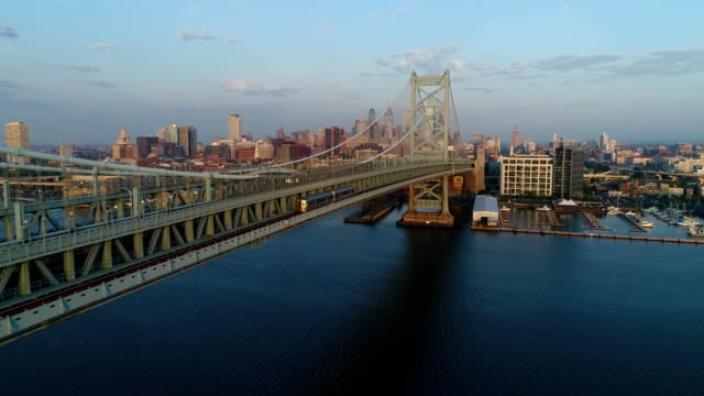 benjamin franklin bridge, philadelphia - philadelphia pennsylvania video stock e b–roll