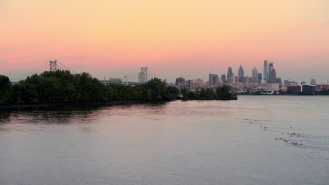 空中ベンジャミン ・ フランクリン橋ペンシルバニア フィラデルフィア センター シティ - デラウェア川点の映像素材/bロール